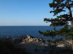 〔西浦温泉〕  9:00前に宿を出発。 昨日は夕暮れ後に到着したため温泉街周辺を散策できなかったので、海岸沿いに整備されている遊歩道を少し歩いてみることに。