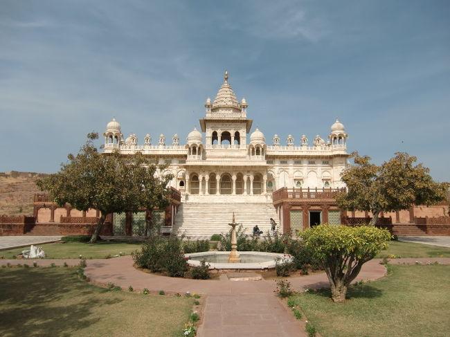 ジャスワント・タダ。 マハラジャの墓廟。 白い大理石で造られています。
