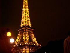 夕闇に浮かぶエッフェル塔