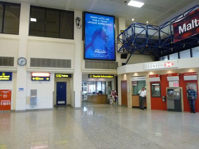 入国手続きのあと、空港のATMでユーロをゲットして<br />インフォメーションで、路線バスの情報等をゲットし