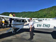 簡単な説明を受けた後、この高翼の小型機に搭乗しました。 パイロットはなんとこの女性です。すごく若くて格好良いです。 しかも、乗客は私たち2人だけのため貸し切り飛行です。 すごく得をした気分です。