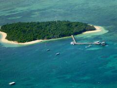 最初はグリーン島です。 上空から見ると、緑の島の周りを見事に珊瑚礁が覆っているのが見えます。また、船着場には何隻もの船が着き、ビーチには客の姿も見えます。