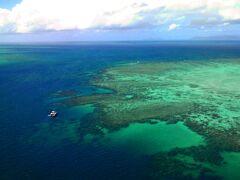 ウポルケイ付近の上空です。 珊瑚礁の沖にダイビング船が停泊し、ダイビングをしています。 上空から見るとこんな感じになっているのですね。