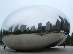 ミレニアムパークにあるオブジェ。 大きな卵型のミラーに映っているシカゴの街並み。