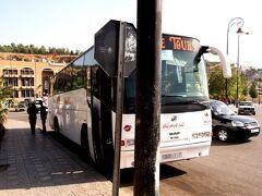 バスの横を通ると「メクネス!」とか呼びかけてた メクネスへはCTMで行こうと思ったけど、ちょうど民営バスが停まっていたのでそれに乗ることにした。  メクネスまでは13DH、9時45分出発。  調べたところによると、CTMだと10時30分発だからね。民営の方が出発が早い。 (結局、民営バスはちょこちょこ停まるので、1時間半かかった)  英語が通じないドライバーさん、「ここに行きたいんだ」とムーレイ・イドリスの写真を見せる。「メクネスで乗り換えればいいよ。メクネスからは7DHだ」と。