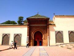 メクネスで観光する気は全くなかった私。  でも、Sさんが「ムーレイ・イスマイル廟は、非イスラム教徒も入場できる唯一の廟であること」を教えてくれた。  一緒にムーレイ・イスマイル廟に行くことに・・・