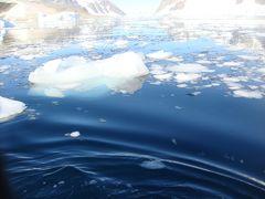南極の旅行記に載せた写真は中々選べない神秘な物でした。 流氷を染める青も、浮かぶ海の青も、まさに [ヘブンリーブルー】 2008年 南極にて