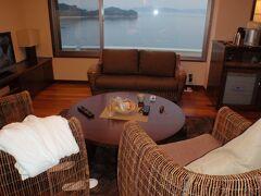 本日のお宿は小豆島国際ホテル  お部屋はエグゼクティブルーム604号室 リビングルームの窓からはエンジェルロードが見えます。