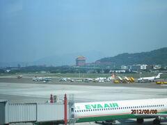 台北・松山空港にチャク・チャク・着・着・着・着陸で〜す。 おめでとうございます!! (WONDER AIRPORT やしま・ミチコの空辞苑風)   着陸寸前にもホテルが見えましたが、ここから見える。  真ん中の赤い四角い建物が宿泊予定の圓山大飯店グランドホテルです。  でかっ!!