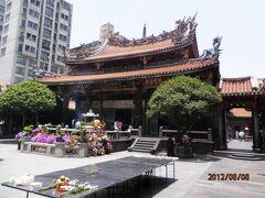 気を取り直して観光に出発。  まずは龍山寺。 台湾一古い(270年ぐらい前って言ってたような)、由緒ある道教のお寺。 反り返った屋根と龍が印象的です。  朝から参拝の方がいっぱいです。
