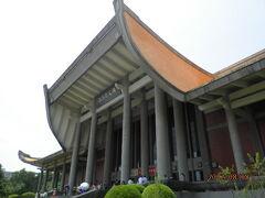 国父紀念館。  中国旧体制を打ち倒し、中華民国の父といわれる孫文(孫中山)の生誕百年を記念して、1972年に建てられたもの。  広い敷地は公園になっており、台北101のタワーが絶好のロケーションで見えるフォトスポットです。