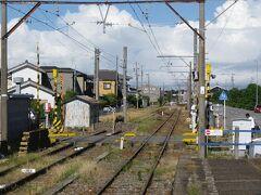 駅近くにあったスーパーで名古屋らしい惣菜(手羽先と味噌カツ)を買い、碧南駅へ。知立で乗り換え、本日の安宿がある東岡崎に着いたのは18時過ぎであった。  ■2012.8.19  早朝の岡崎城付近を散歩し、東岡崎駅へと向かう。まずは7時少し前の列車で新安城へ行き、そこで吉良吉田行の列車に乗り換えた。  吉良吉田到着は7時54分、駅のホームは「イ」の字に変形しているが、縦棒の部分は碧南方面への路線が伸びていた部分である。これから乗る蒲郡行は、そこに停まっていた。  @1枚前の写真とつながっていました