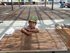 午後のひと時は野積海岸で海水浴。  王将茶屋に席を取って、一泳ぎと行きたいところでしたが、彼は波にビビッて中でまったり。