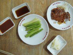 周記肉粥店 紅焼肉(中国のとは別物)とアスパラ。日本人だとわかると日本語のメニューを出してくれます。 たれは、左から味噌、醤油、マヨネーズで、アスパラの先を醤油に、茎を味噌につけるのがいいと思う。