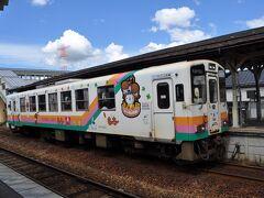 今泉駅では、先着の赤湯発荒砥行きが停まっていました。  先ほど、赤湯駅で見かけた車両だと思います。