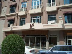 今回のドバイ旅行での最初の宿泊先はメトロポリタンパレスホテルです。 (名前が変更になり現在のカールトン パレス ホテル) 某ホテル予約サイトからの予約で約6000円でした。 某サイトでは一応5つ★ホテルです。 場所はデラ地区の主要道路Al Maktoum Street沿いに在り空港からも近く、デラシティーセンターと言うショッピングセンターやメトロのユニオン駅にも徒歩圏内(暑いけど)です。 外観はどうってこと無いですが私には十分すぎるホテルでした。