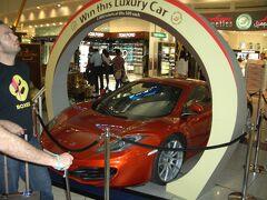 最新型のマクラレーンです。 ご存知ドバイ空港の宝くじの景品のスーパーカーです。
