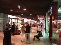 ドバイモール到着です。 ショッピングセンター内もイルミネーションが綺麗です。