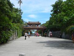 沖縄に来たからには、何はともあれ首里城に行かなければなりません  写真は、入り口の守礼門です。   首里城の入り口付近には、「公園の駐車場は満車」だという看板が出ています。停止すれば、警備員のような格好をした者が寄ってきてこっちへ来いと相図します。しかし、これらは全部嘘。高い民間の駐車場の客引きなので無視しましょう。  なお、入り口を回り込んだ処にある公営の首里城公園駐車場は、乗用車が100台以上収容できます。首里城の見所は、イメージほどには多くないので回転が良く、満車は殆ど無いと聞きます。私の時もそうでした。駐車1回当たり310円、公園入り口まではエスカレータで直ぐ、冷房完備の休憩所も、綺麗なトイレも有りという高い利便性があるため、こちらへ行くことを薦めます。