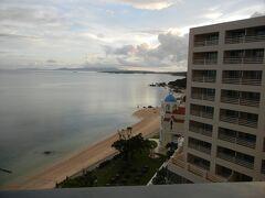 宿泊した、リザン シーパークホテル谷茶ベイの部屋から見たビーチ。夕方なのにこんなに綺麗です。