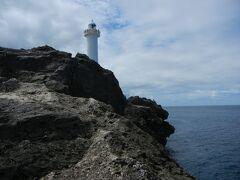 食後は、残波岬に向かいました。写真は残波岬灯台。   残波岬への道は、読谷漁港→紅いもタルトで有名な御菓子御殿→日航アリビラ→残波岬ロイヤルホテルというコースです。