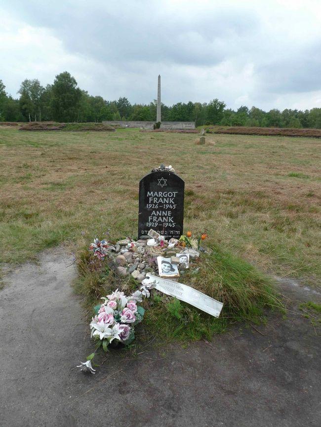 ありました。アンネと姉マルゴットのお墓です。<br /><br />アンネは1944年8月に隠れ家でつかまり、母や姉とともにアウシュビッツへ送られました。しかし、ドイツ軍の前線後退にともなって、同年10月末、姉とともに後方のベルゲン・ベルゼンへ送り戻されました。男性専用キャンプだったベルゲン・ベルゼンには女性用施設がなく、女たちはベッドもないテント小屋で地面に直接寝ることを強いられたそうです。北ドイツの寒さを知るわたしとしては、聞いただけで骨の芯からガクガク震えが来そうなエピソードです。マルゴットとアンネがチフスにかかってこの世を去ったのは1945年2月〜3月。お墓はありますが、もちろん、遺体は見つかっていません。