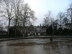 ブリュッセル公園、後方は国会議事堂  池に水はなく、あまり整備されていない公園でした。