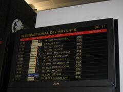 フードコートには出発便の案内が表示されていました。 搭乗予定のTK1951便アムステルダム行きには今のところ遅れはないようです。