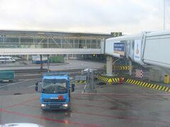 TK1951便は現地時間の10時30分ごろ、アムステルダム・スキポール国際空港の西はずれの滑走路に着陸。15分ほど地上を走り、G2番ゲートに到着しました。
