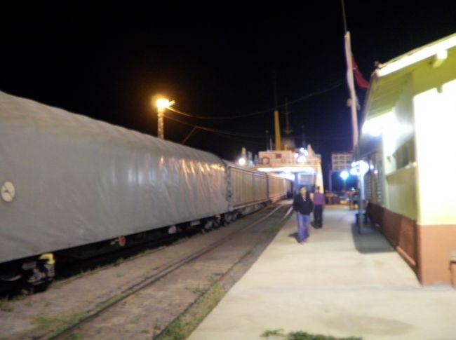 4時すぎに、ついに、イラン側の列車が来ました。<br /><br />ワンに夜の9時に到着して以来、ナント、7時間の待合でした。<br />それもなんの確かな情報も無く、アテも無く、港湾に放置されていたのです。<br />ひと晩まるまる難民状態そのものでした。<br />