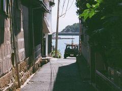 12/23(土) 鞆の浦バス停近くの市営駐車場へMY車入れ(有料です)。  直ぐ側が瀬戸の海でキラキラと眩しいほどで、今日もカメラ片手にぶらぶら歩きスタートです。  漁師町はどこも細い路地が有って、その間からこんな景色が見えるんです。