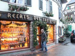 Maison Ferber 18, rue Trois Epis, 68230 Niedermorschwihr  想像していたのと全く違ったお店。パティスリーというより村の雑貨屋さん。いろんなものが売ってました。  わたし達はジャムと食器、ベラヴェッカ、ケーキを買いました。ケーキは車で食べたけどおいしかったです。  ベラヴェッカBeraweckaとはアルザスのクリスマス菓子だそうです。洋なし、プルーン、いちじく、チェリーなどのドライフルーツとアーモンド、くるみなどのナッツ類、シナモンやアニスなどのスパイスを合わせたお菓子です。  かなり濃厚な味でしたが、絶品でした。