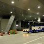 夜行バスで出発するときは大阪梅田から乗ることが多いですが、今日乗車するJRバスの呉ドリーム大阪号は神戸三宮にも止まってくれるのでこちらから乗ります。西へ行く他の便ももっと神戸に寄ってくれたら便利なのにねぇ・・・ 車内の照明も落とされており、三宮を出てしばらくすれば日付も変わるので夜更かしせずに私も寝ることにしましょう・・・