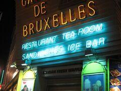 「ギャラリー・サン・チュベール」を抜けてたどり着いたのが、ワッフルの名店「ゴーフル・ドゥ・ブリュッセル」。 ムール貝でお腹いっぱいになったところですが、デザートは別腹というわけで、名物のブリュッセルワッフルでも食べようと思いやってきました。