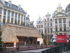 グランプラスの中央には、藁ぶき屋根の小屋が設営されていました。何がしかのイベントに使うのでしょうか?