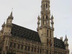 そしてこちらが、グランプラスのランドマークである市庁舎。 15世紀に建てられたゴシック様式の堂々とした建物です。