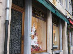 こちらは、チョコレートの名店「ゴディバ」の本店。 「F.Rubbrecht」の右隣にあります。