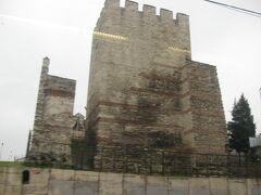 途中、東ローマ帝国皇帝のテオドシウス2世が、5世紀に築いた城壁のそばを通りました。 この城壁は2012年現在もかなりの部分が現存しており、イスタンブールの旧市街と郊外の新興住宅地を隔てています。