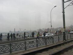 地元の人たちが横一線に並び、脇目も振らず釣りに興じるガラタ橋。