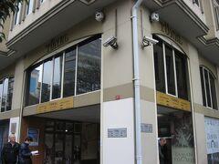 地下ケーブルカー「テュネル」のカラキョイ駅は、大きなビルの1階にありました。