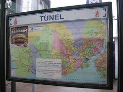 ノスタルジック・トラムヴァイの電停も「テュネル電停」。 日本式に言うと「ケーブル前電停」でしょうか。 電停には、イスタンブールの都市交通路線図が掲示されていました。