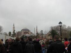 遠くに、ギリシャ正教寺院として建てられた後、モスクに転用された歴史を持つアヤソフィア博物館が見えます。