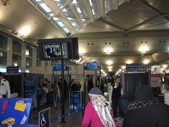 イスタンブール・アタテュルク国際空港(現在は新空港に移転し閉港)の国際線ターミナル入り口。 クルド人過激派やイスラム過激派のテロを警戒してか、入り口では手荷物検査を実施していました。