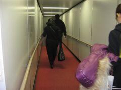 食後しばらく寝入ってしまい、再び目を覚ますと、TK50便は成田国際空港への着陸態勢に入るところでした。 11時30分ごろに成田国際空港に到着。疲れ切った身体で降機しました。
