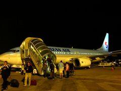 真っ暗の中、機体から降ろされて歩いてシュムリアップ空港へ。 タラップを降りた途端に、熱気が一気に身体を包む。