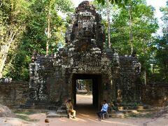 奥の林と、四面仏の西門塔が神秘的な雰囲気を醸し出すTa Somへ。