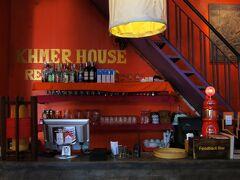"""Pub Streetの1本南にある""""KHMER HOUSE""""へ。"""