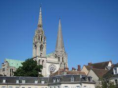 パリ到着後、1時間30分程移動して シャルトル大聖堂へ着きました。 周りの建物と比較してもかなり大きいです。