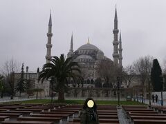 『スルタンアフメト・モスク(ブルーモスク)』の入口正面に到着。 堂々たる美しいモスクだ。 晴れていたら青空に映えて更に美しいに違いない。  6本のミナーレ(尖塔)4個の副ドームの上に大ドーム、30個の小ドームを持つ。