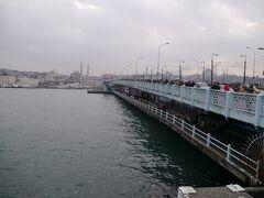 橋の下にもレストランなどがある、2階建て構造の橋。